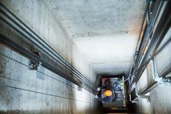 Dźwignięcia machinist naprawiania winda w dźwignięcie dyszlu Zdjęcie Stock