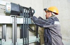 Dźwignięcia machinist naprawiania winda w dźwignięcie dyszlu Obrazy Stock