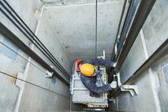 Dźwignięcia machinist naprawiania winda w dźwignięcie dyszlu Fotografia Royalty Free
