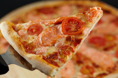 dźwignięcia pizzy plasterek Zdjęcie Stock