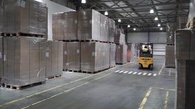 Dźwignięcie ciężarówka w fabryce klamerka Hurtowy logistycznie, ładowanie, transport i ludzie pojęć, - mężczyzna z ładowacza prze zbiory