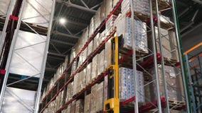 Dźwignięcie ciężarówka w fabryce klamerka Hurtowy logistycznie, ładowanie, transport i ludzie pojęć, - mężczyzna z ładowacza prze zbiory wideo