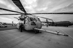 Dźwignięcie helikopteru towarowego Sikorsky CH-53K królewiątka ogier Stany Zjednoczone korpusami piechoty morskiej na lotnisku Fotografia Stock