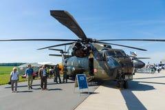 Dźwignięcie helikopteru towarowego Sikorsky CH-53 morza ogier Obraz Royalty Free
