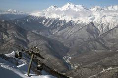 Dźwignięcie na wysokich górach przeciw niebieskiemu niebu Fotografia 2019 wziąć przy Sochi kurortem przy wysokością 2320m obraz royalty free