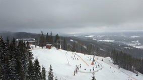 Dźwignięcie podnosi narciarki i snowboarders dla roku przy ośrodkiem narciarskim zbiory