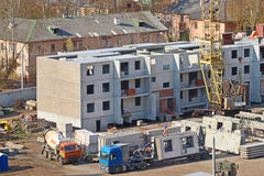 Dźwigowa część, ciężarówka z cegiełkami na budowie Zdjęcia Stock