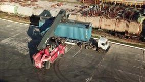 Dźwigowy ładowniczy zbiornik na ciężarówce na logistycznie magazynie zbiory wideo