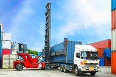 Dźwigowy lifter obchodzi się zbiornika pudełkowatego ładowanie przewozić samochodem Zdjęcie Stock