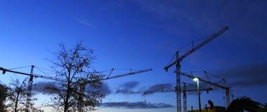 dźwigowy wierza Budowa żuraw przy pracą, evening zdjęcia royalty free