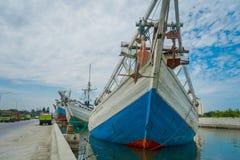 DŻAKARTA, INDONEZJA - 5 MARZEC, 2017: Inside sławny stary portowy teren Dżakarta, łodzie rybackie kłama przy schronieniem, rybacy obraz stock