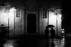 Dżdżysta noc w starym miasteczku Fotografia Royalty Free