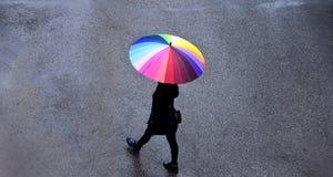 Dżdżysta pogoda w Almaty, Kazachstan Piękna dziewczyna z rozochoconym parasolem chodzi zdjęcie royalty free