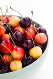 Dżdżyste i czarne wiśnie mieszali w pucharze Obraz Stock