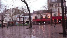Dżdżystej zimy ranek przy miejscem Du Tertre, Montmartre zbiory wideo
