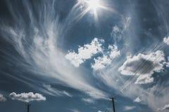 Dżdżysty chmurny krajobraz z pięknym błękitem Zdjęcie Royalty Free