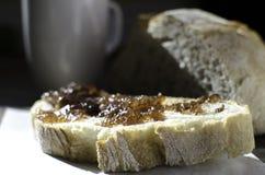 Dżem rozprzestrzeniający na świeżym chlebie Zdjęcie Stock