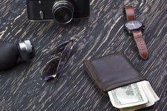 Dżentelmeński set: okulary przeciwsłoneczni, pachnidło, portfel, kamera, zegarek na drewnianym tle obraz stock