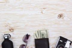 Dżentelmeński set: okulary przeciwsłoneczni, pachnidło, portfel, pieniądze, kamera na drewnianym tle fotografia royalty free