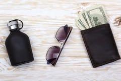 Dżentelmeński set: okulary przeciwsłoneczni, pachnidło, portfel z pieniądze na drewnianym tle obraz royalty free
