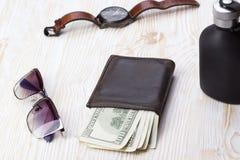 Dżentelmeński set: okulary przeciwsłoneczni, pachnidło, portfel, zegarek na drewnianym tle fotografia stock