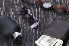 Dżentelmeński set: okulary przeciwsłoneczni, pachnidło, portfel, zegarek na drewnianym tle obrazy royalty free