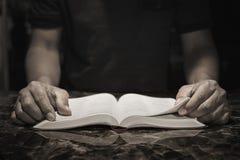 Dżentelmen studiuje biblię w jego biurze zdjęcia stock