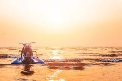 Dżetowa narta jest nad wodnym morzem między zmierzchem Zdjęcia Royalty Free