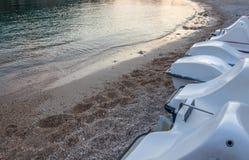 Dżetowa narta wykłada up Wodnych sportów pojazdu park nad piasek Przypływy dostaje depresję Otoczaki i zdruzgotani korale rozpras obrazy royalty free