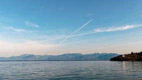 Dżetowego samolotu Contrails Nad zatoką Corinth góry, Grecja obraz stock