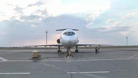 Dżetowi Yak-46d stojaki przy lotniskiem na asfalcie zbiory wideo