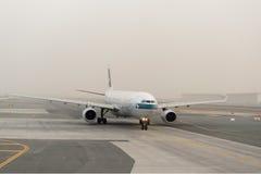Dżetowy samolot w Dubai International lotnisku obrazy royalty free
