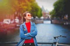 Dżin w okularach przeciwsłonecznych przy Amsterdam, sezon jesienny obraz stock