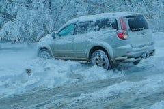 Dżip opóźniający w śniegu fotografia stock