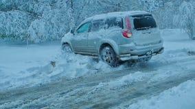 Dżip opóźniający w śniegu obrazy royalty free