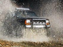 Dżip przechodzi przez wodnej tworzy wielkiej kiści woda Obrazy Royalty Free