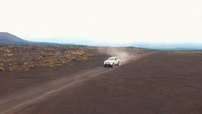 Dżip przejażdżki blisko wulkanu Okrążać copter SUV erupcja zbiory wideo