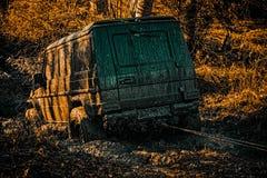 Dżip rozbijał w kałużę i podnosił up kiść brud Ślad na błocie 4x4 drogi suv samochód samochód offroad safari nietypowy fotografia stock
