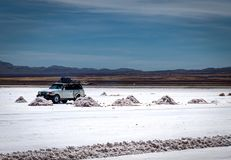 Dżip wycieczki turysycznej soli mieszkania w Salar De Uyuni Dezerterujący Boliwia fotografia stock