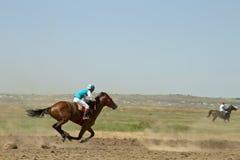 Dżokej jedzie konia podczas końskich ras Obrazy Stock