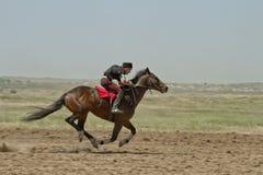 Dżokej jedzie konia podczas końskich ras Zdjęcie Royalty Free