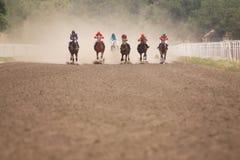 Dżokeje podczas końskich ras na jego koniach obraz stock