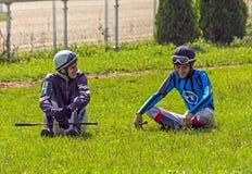 Dżokeje siedzą na zielonej trawie obraz stock