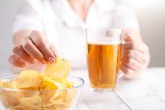Dżonki niezdrowy jedzenie, rozsypisko kartoflany chipa w dużym naczyniu Zdjęcie Stock