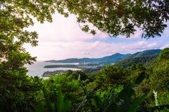 Dżungla na wyspie przegapia plażę zdjęcia stock