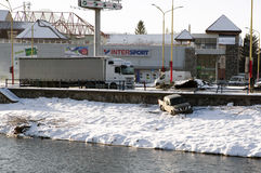 3d事故查出的汽车例证回报了白色 在路外面的车 图库摄影