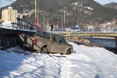 3d事故查出的汽车例证回报了白色 在路外面的车 库存图片