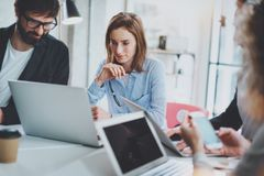 3d企业概念查出的会议回报白色 工作在现代晴朗的办公室的工友队 免版税库存图片