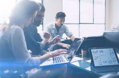 3d企业概念查出的会议回报白色 工友在现代办公室合作与移动计算机一起使用 分析经营计划,使用 库存照片