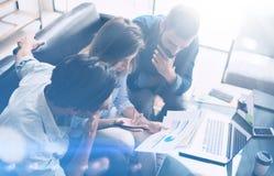 3d企业概念查出的会议回报白色 工友在现代办公室合作运作的新的起始的项目 分析商业文件,膝上型计算机 免版税库存照片